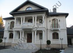 Фасад дома из дагестанского  песчаника ДА. Облицовка цоколя из дагестанского доломита.
