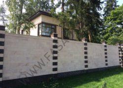 Облицовка забора частного дома камнем. Дагестанский розовый песчаник ДЧ.