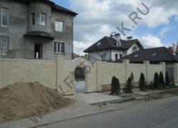 Фасадная облицовка камнем. Отделка забора из дагестанского песчаника ДА. Цоколь из колотого доломита