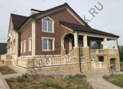 Отделка фасада дома дагестанским камнем в сочетании с клинкером. Стены из клинкера, цоколь из доломита, фасадные элементы из песчаника.