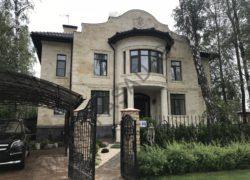 Отделка фасада дома под ключ из дагестанского камня. Отделка цоколя гранитом