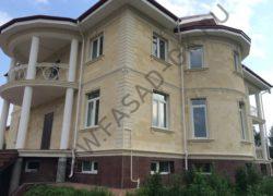 Отделка фасада частного дома дагестанским камнем. Стены из песчаника. Обрамления, наличники, декоры из белого известняка