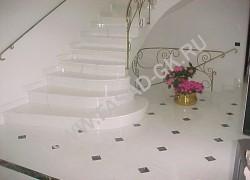 Лестница и пол из белого мрамора