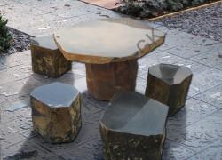 Стол и стул из колотого камня