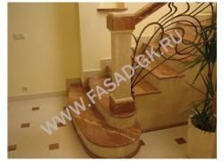 Лестница из мрамора Рохо Аликанте с сочетанием Крема Марфил
