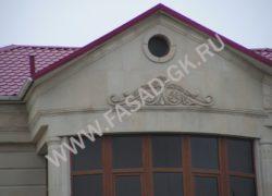 Декор на фронтоне из ракушечника