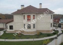 Облицовка фасада дома из дагестанского песчаника с применением фаски в сочетании с желтым мекегинским доломитом