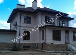 Облицовка фасада дома из белого дагестанского известняка. Отделка цоколя из колотого дагестанского песчаника