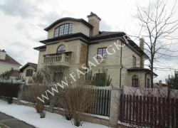 Отделка фасада дома природным камнем - дагестанским песчаником. Облицовка цоколя доломитом