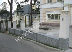 Облицовка забора из дагестанского известняка в сочетании с гранитом в цокольной части