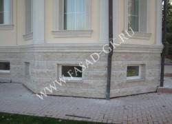 Облицовка цоколя дома мраморизованным известняком
