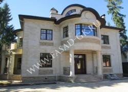 Облицовка фасада дома дагестанским камнем - песчаником без фаски. Облицовка цоколя дома из дагестанского доломита