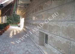 Отделка цоколя дома из дагестанского колотого мраморизованного известняка, цвет бежевый