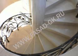Винтовая лестница из мрамора Крема Марфил
