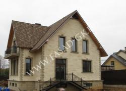 Отделка фасада дома дагестанским песчаником в сочетании с серым ракушечником