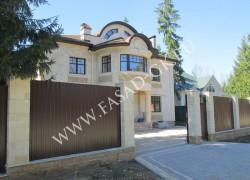 Фасад и забор облицованы дагестанским песчаником в сочетании с мекегинским доломитом